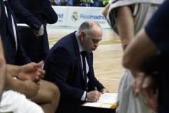 El entrenador del Real Madrid Laso dando indicaciones en un tiempo muerto (Foto: Antonio Cefalù).